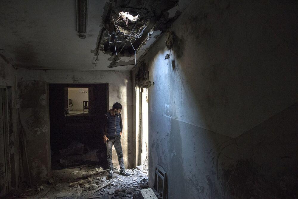 Dağlık Karabağ bölgesindeki Şuşi kentinde bombardıman sonucu zarar gören apartmanın iç görünümü