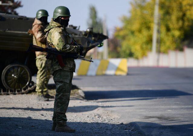 Kırgızistan - Bişkek girişinde askerler