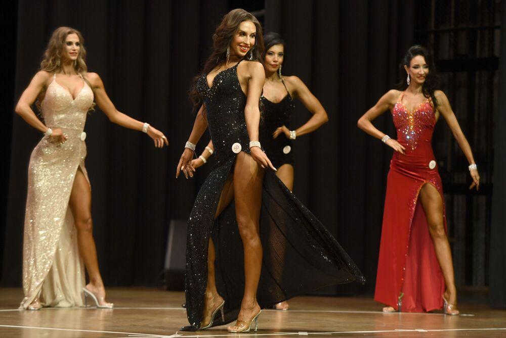 Kadın yarışmacılar akşam kıyafetleriyle göz kamaştırdı