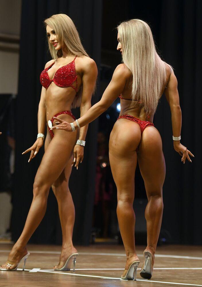 Şampiyonada yarışan kadınlar, spor vücutlarını sergiledi