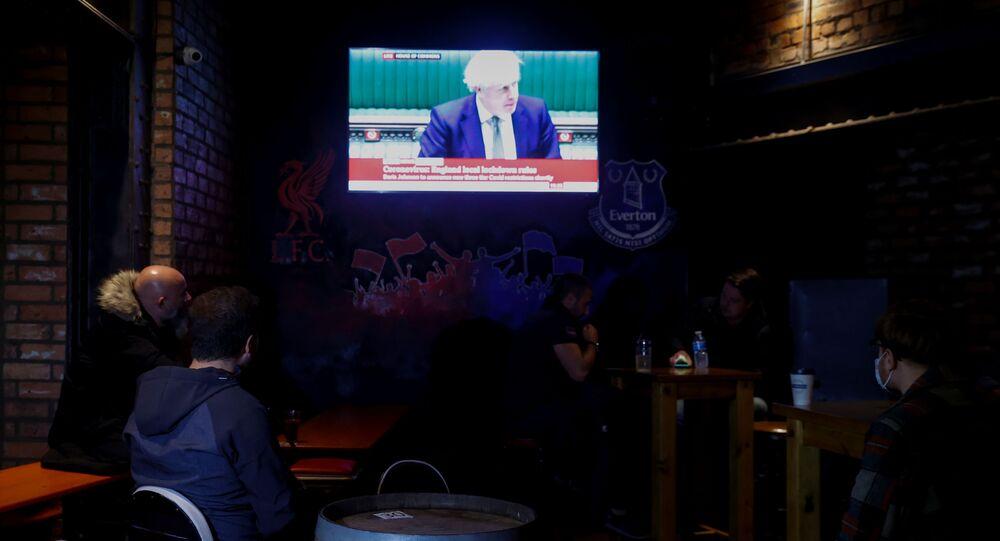 Liverpool'daki müdavimler, Britanya Başbakanı Boris Johnson'ın konuşmasından tüm barların kapanacağı haberini aldı.