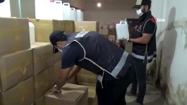 Polis ekipleri, İzmir'in Çiğli ilçesinde sahte içkiyle mücadele kapsamında bir depoya operasyon yaptı. Operasyon kapsamında yaklaşık 5 ton etil alkol ele geçirilirken, 1 kişi gözaltına alındı.   - Sputnik Türkiye