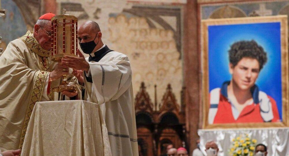 Kardinal Agostino Vallini'nin yönettiği törenle 2006'da 15 yaşındayken lösemiden ölen  Carlo Acutis, 'mübarek' ilan edildi.