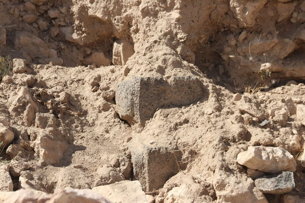 """Çavuşoğlu, şöyle devam etti: """"Burada tahrip edilmiş bir bölüm var. Hem temel duvarları hem de üzerindeki kerpiç kalıntıları hala duruyor. Sur duvarlarının ve binaların temel inşasında kullanılan kireçtaşı malzemesinin alındığı taş ocakların da yerini tespit ettik. Bu kültür mirasının daha fazla zarar görmemesi ve arkeolojik verilerin kaybolmaması için kazıya başlamayı planlıyoruz."""