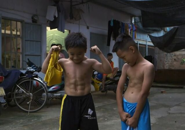 Vietnamlı çocuk nadir görülen bir genetik rahatsızlıktan ötürü vücut geliştirici gibi gözüküyor