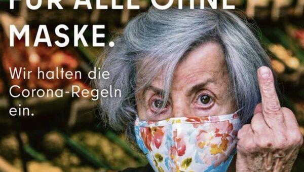 Berlin Eyaleti Senatosu ve 'Visit Berlin' isimli turizm organının hazırladığı posterde,Kovid-19'a yakalanmada en yüksek risk kapsamında bulunan yaşlıları temsil eden bir kadının orta parmağını kaldırdığı bir fotoğraf kullanıldı. - Sputnik Türkiye