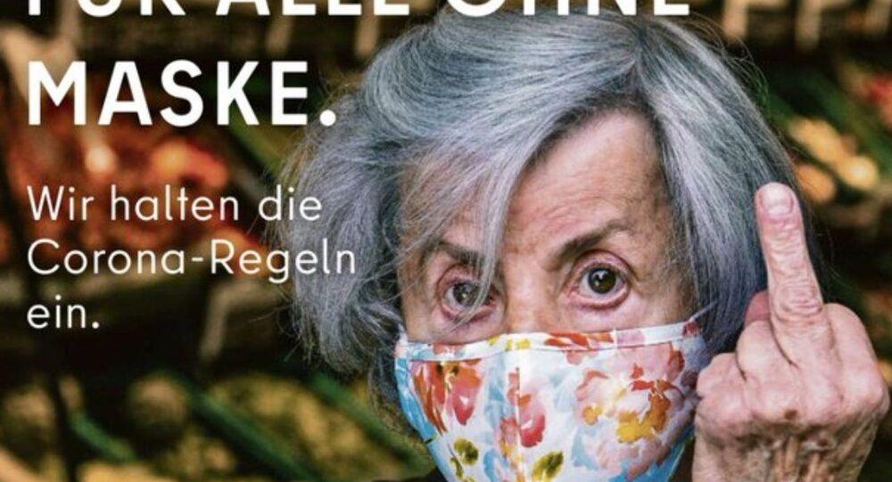 Berlin Eyaleti Senatosu ve 'Visit Berlin' isimli turizm organının hazırladığı posterde,Kovid-19'a yakalanmada en yüksek risk kapsamında bulunan yaşlıları temsil eden bir kadının orta parmağını kaldırdığı bir fotoğraf kullanıldı.