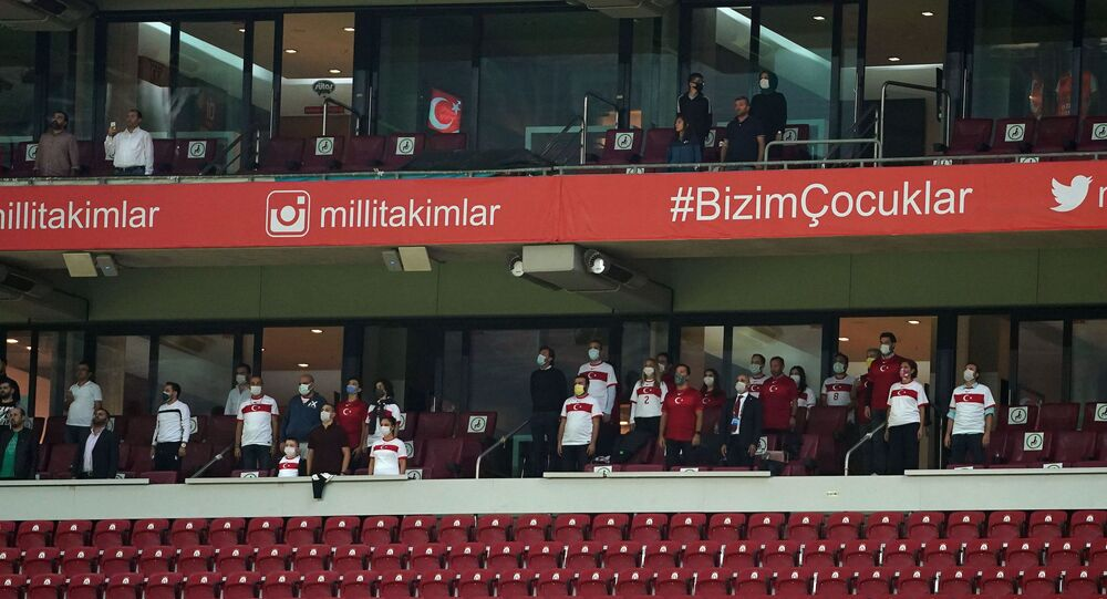 Türkiye ile Sırbistan arasında Türk Telekom Stadyumu'nda oynanan müsabakaya locaların yüzde 50'si kadar taraftar alındı. Türkiye'de taraftarlar 217 gün sonra tribünlerde maç izledi.