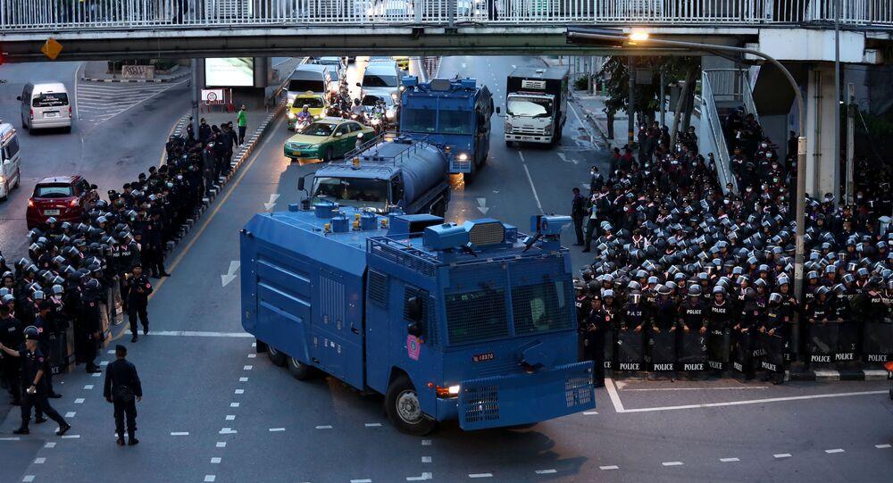Tayland'ın başkenti Bangkok'ta 1973 öğrenci ayaklanmasının 47. yıldönümünde düzenlenen protestolara karşı sokakları polisler ve TOMAlar kapladı.