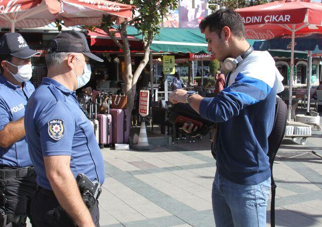 Antalya'da maske takmayan gence para cezası