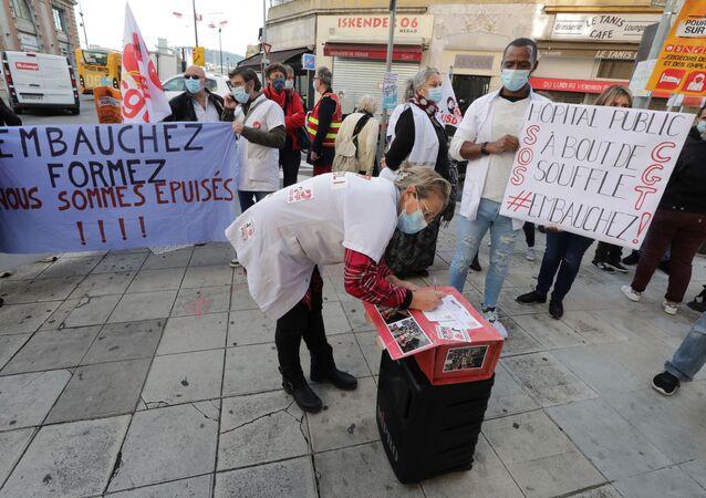 Fransa'da sağlık çalışanlarından 'Tükendik' protestosu: Nice'de postaneye giden doktorlarla hemşireler, sıkıntılarıyla taleplerini yazdıkları kartları Cumhurbaşkanı Macron'a gönderdi.