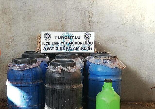 Manisa'nın Turgutlu ilçesinde bir çiftliğe düzenlenen operasyonda, samanların arasına gizlenmiş 2 ton sahte içki ele geçirildi.