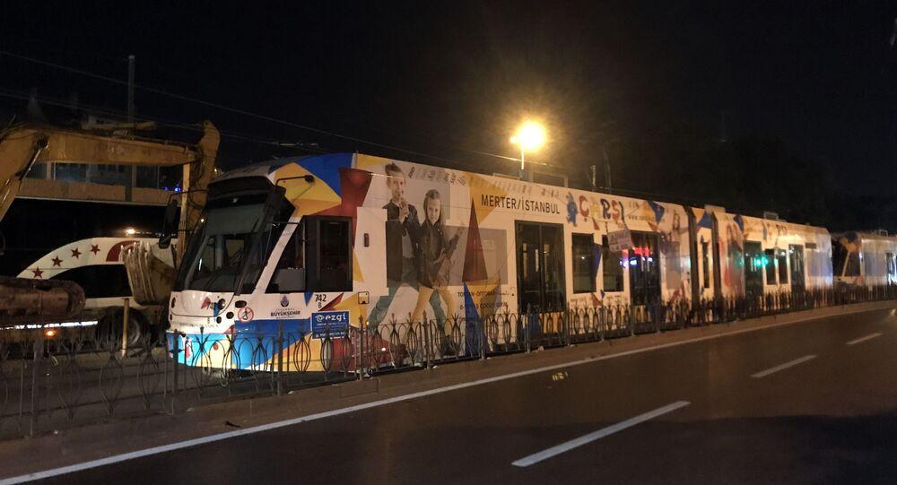 Beyazıt Laleli durağında tır üzerindeki iş makinasının tramvaya enerji sağlayan elektrik kablolarına çarpması sonucu yaşanan kopma nedeniyle tramvay seferleri iki yönlü olarak tamamen durdu.