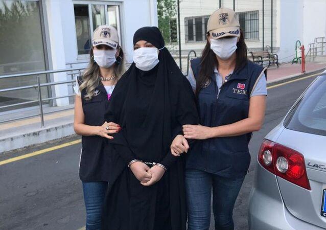 Fransa tarafından kırmızı bültenle aranan IŞİD üyesi Soumaya Raissi, Adana'da sahte Suriye kimliğiyle yakalandı.