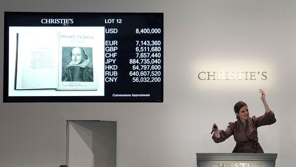 William Shakespeare'in ölümünün ardından aktör dostlarının1623'te bastırdığıİlk Folyo, Christie's açık artırmasında - Sputnik Türkiye