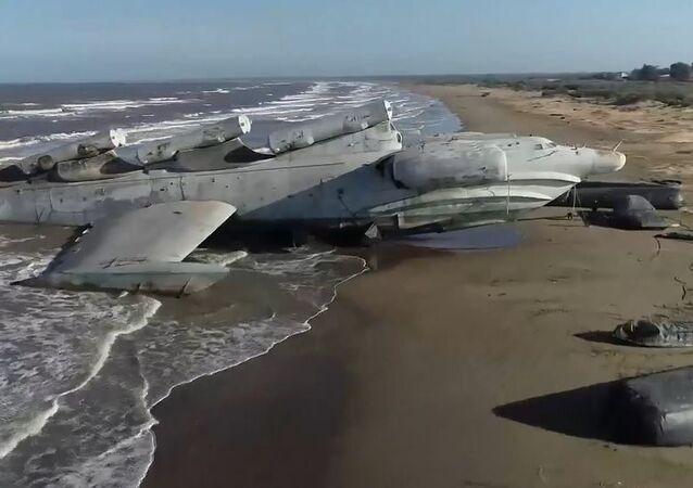 Hazar Denizi kıyısında 'terk edilmiş' Sovyet ekranoplanı görüntülendi