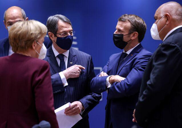 AB liderleri zirvesinde ortadaki Almanya Başbakanı Angela Merkel, Güney Kıbrıs Cumhurbaşkanı Nikos Anastasiadis ve Fransa Cumhurbaşkanı Emmanuel Macron arasındaki tartışma