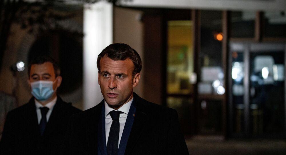 Fransa'nın başkenti Paris'te bir öğretmeni başını keserek öldüren bıçaklı saldırgan polis tarafından vurularak etkisiz hale getirildi. Olay yerinde incelemelerde bulunan Fransa Cumhurbaşkanı Emmanuel Macron, olayı 'terör saldırısı' olarak nitelendirerek, Sert ve hızlı tepki vereceğiz dedi.