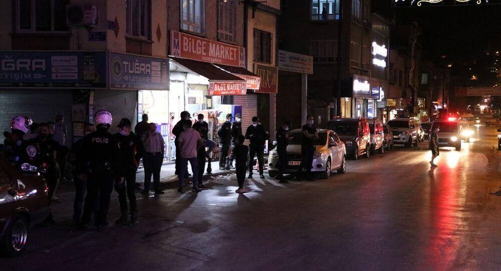 İçişleri Bakanlığı, Gaziantep'te park halindeki bir aracın altına bırakılan çantadaki zaman ayarlı 1 kilo 200 gram patlayıcı maddenin kontrollü şekilde imha edildiğini bildirdi.