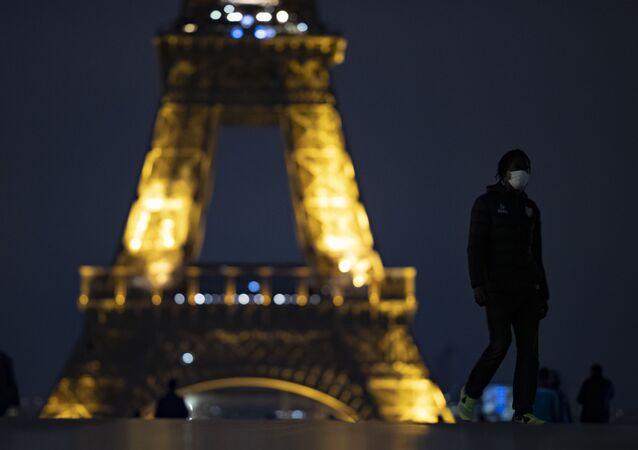 Fransa'da koronavirüs salgını ile mücadele kapsamında Paris dahil 8 büyükşehirde ilan edilen sokağa çıkma yasağı bugün başladı.