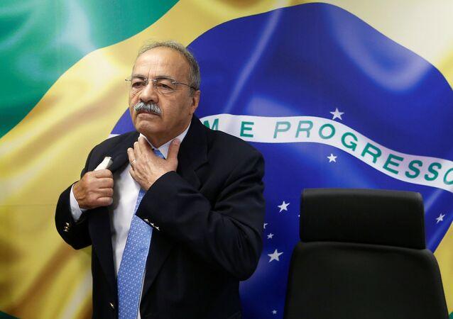 Brezilya'da yeni tip koronavirüs (Kovid-19) ile mücadele için ayrılan kamu bütçesini kötüye kulladığı şüphesiyle evine operasyon düzenlenen ve iç çamaşırında nakit para bulunan SenatörChico Rodrigues