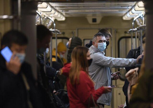 Koronavirüs, maske, metro, Moskova, Rusya