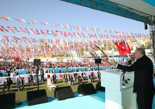 Türkiye Cumhurbaşkanı ve AK Parti Genel Başkanı Recep Tayyip Erdoğan, partisinin Şırnak 7. Olağan İl Kongresi'ne katıldı. Cumhurbaşkanı Erdoğan, kongreye katılanları selamladı.