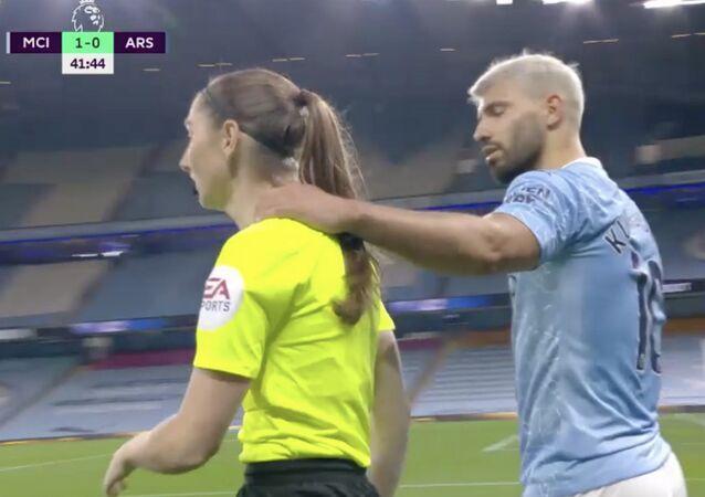 Sergio Agüero'nun kadın yan hakemSian Massey-Ellis'in boynunu zorlar şekilde elini omzuna atması...