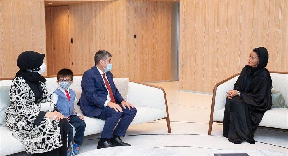 Türkiye'nin Doha Büyükelçisi Mustafa Göksu (sol 3), Katar Eğitim, Bilim ve Toplumsal Kalkınma Kurumu Yönetim Kurulu Başkanı Şeyha Moza bint Nasır (sağda) ile eğitimde iş birliğini görüştü.