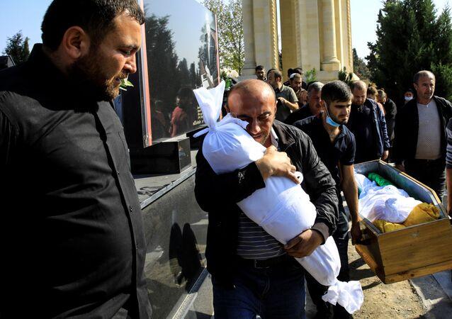 Dağlık Karabağ çatışmalarında vurulan Azerbaycan'ın Gence kentinde annesi dahil beş akrabasının yanısıra ölen 10 aylık bebek Narin'le vedalaşan babası