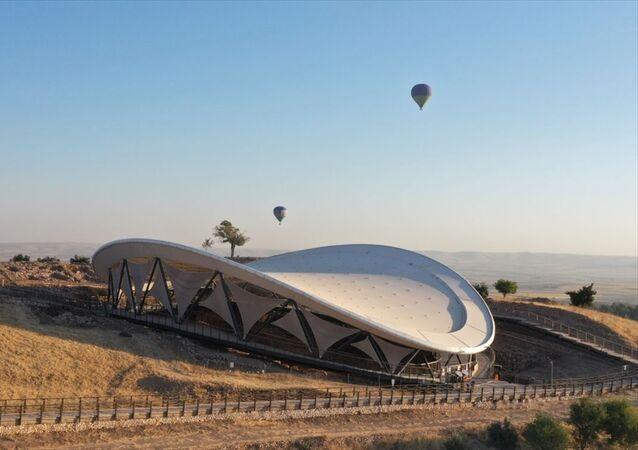 Şanlıurfa'da, UNESCO Dünya Mirası Listesi'nde yer alan ve tarihin sıfır noktası olarak nitelendirilen Göbeklitepe'de, sıcak hava balonuyla resmi uçuşlar başladı.