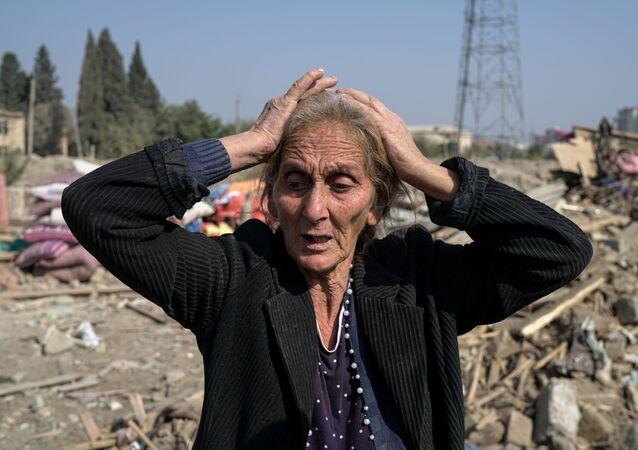 Azerbaycan'ın Gence kentinde Ermenistan'ın sorumlu tutulduğu roket saldırısında evi yıkılan 67 yaşındaki kadın