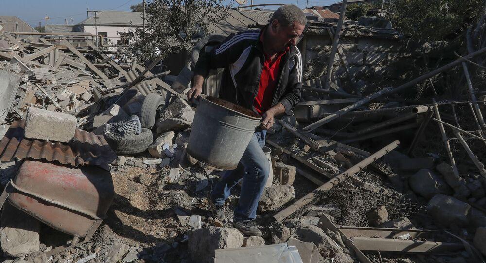 Stepanakert kentinde topçu saldırısı sonrası evinin enkazını kaldıran adam (Dağlık Karabağ)