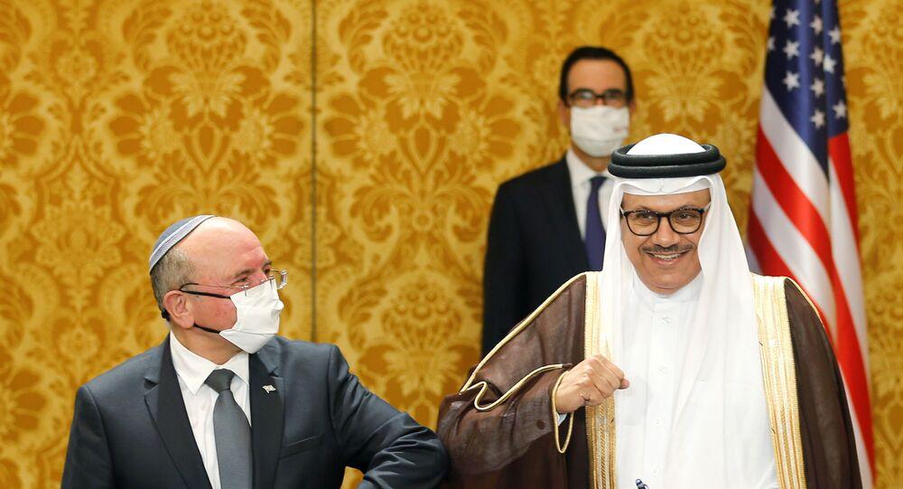 Bahreyn Dışişleri Bakanlığı yetkilisi ile İsrailUlusal Güvenlik Kurumu Başkanı Meir Şabat diplomatik ilişkilerin tesisine dair ortak bildiri imzalamalarının ardından korona tokalaşması yaptı.