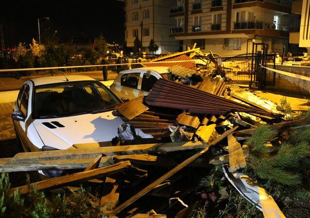 Ankara'da akşam saatlerinde başlayan kuvvetli fırtına sebebiyle 2 binanın çatısı uçtu. Binaların açık otoparkında bulunan 4 araç ise zarar gördü.