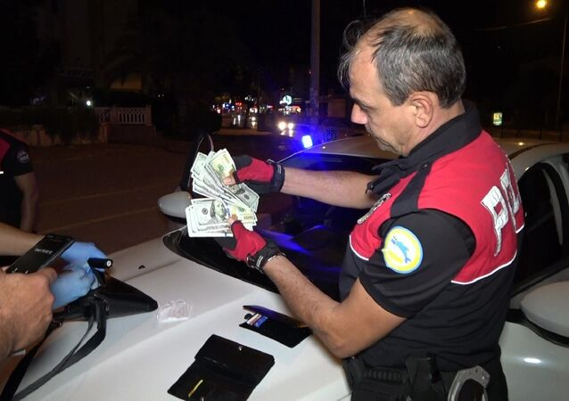 Antalya'da polis ekiplerinin şüphe üzerine yakaladıkları araçtan bol miktarda döviz ve uyuşturucu madde çıktı.