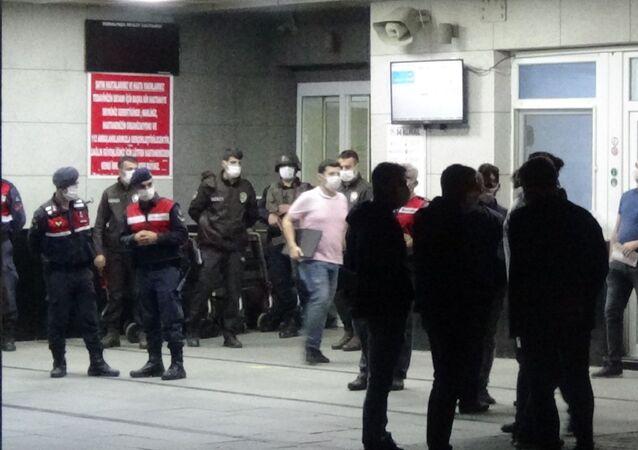 İzmir'in Kemalpaşa ilçesinde husumetli olduğu iddia edilen iki kişi arasında meydana gelen kavgada silahla vurulan 1 kişi, kaldırıldığı hastanede yaşamını yitirdi.