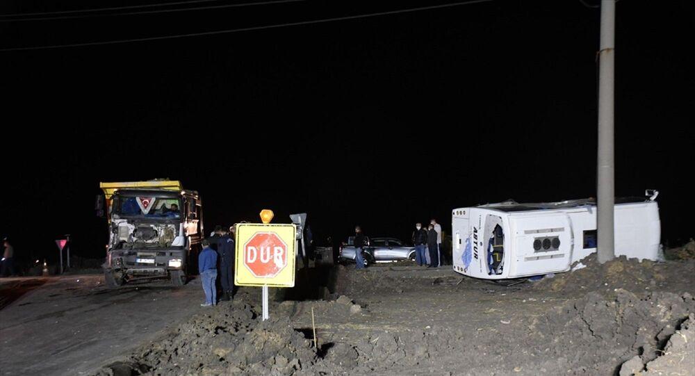 Tekirdağ'ın Ergene ilçesinde kamyonla işçi servisinin çarpışması sonucu bir kişi öldü, 14 kişi yaralandı.