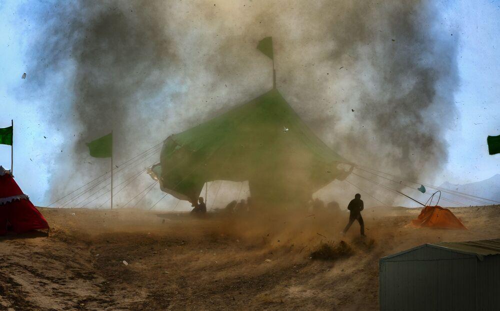 2020 Hava Olayları Fotoğrafları Yarışması'nın finalistlerinden İranlı fotoğrafçı Hadi Dehghanpour Small Tornado isimli fotoğrafında İsfahan'da yaşanan kum fırtınasını görüntüledi