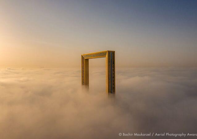 Yarışmanın Yapılar kategorisinin birincisi Lübnanlı fotoğrafçı Bachir Moukarzel'in The Frame (Çerçeve) fotoğrafı Dubai'de çekildi