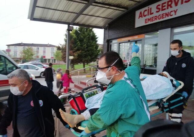 Kocaeli'nin Körfez ilçesinde iki grup arasında sokak ortasında çıkan tartışmada ateşlenen saçma, evinin balkonunda bekleyen bir vatandaşın kafasına isabet etti. Ağır yaralanan vatandaş hastaneye kaldırılırken, şahıslar kayıplara karıştı.
