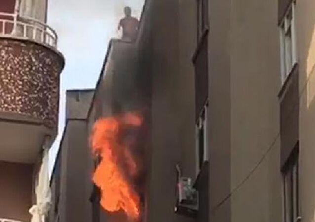Diyarbakır'ın Bağlar ilçesinde, 4 katlı apartmanın 3'üncü katında oturan Gülpınar ailesinin evinde 20 gün arayla ikinci kez yangın çıktı. Gülay Gülpınar (35) ve 3 çocuğu ile 3 itfaiye eri dumandan etkilenerek hastaneye kaldırıldı.