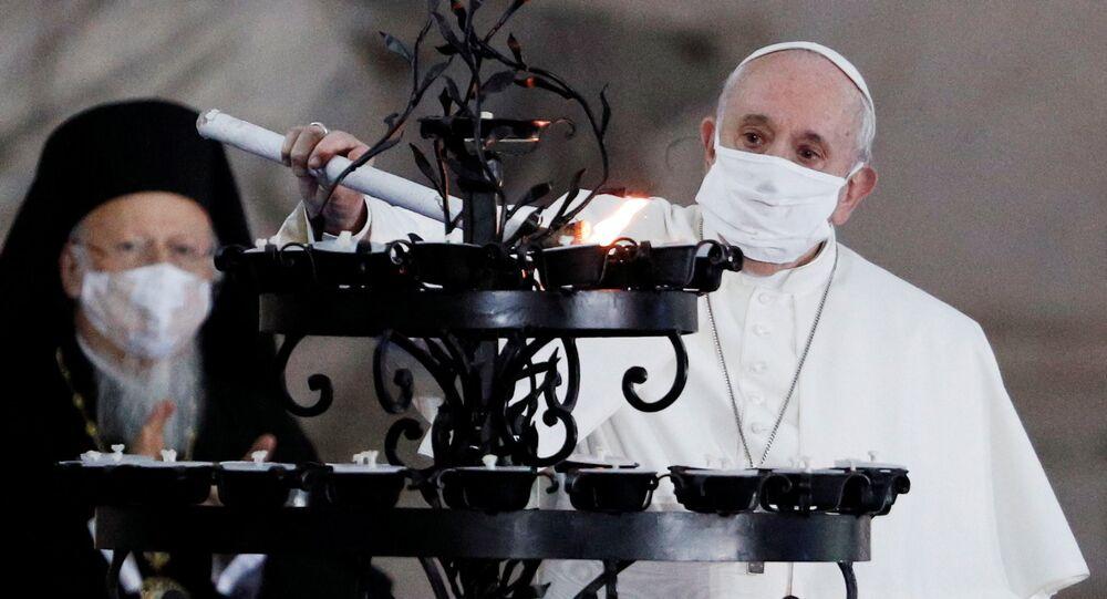 Katoliklerin ruhani lideri Papa Francis, halka açık dini bir törende ilk kez maske ile görüntülendi.