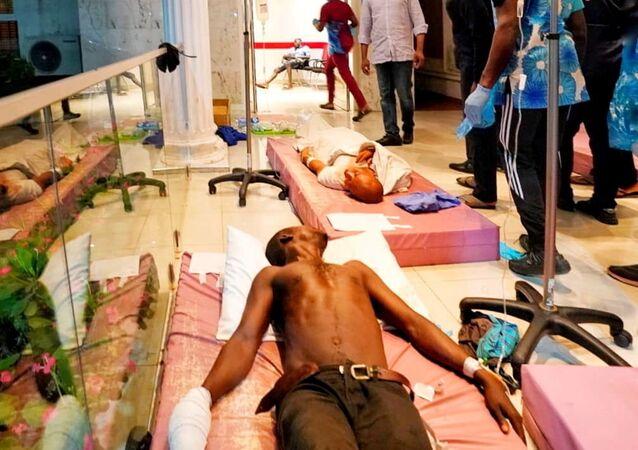 Nijerya'nın Lagos Eyaleti Valisi Babajide Sanwo-Olu,  20 Ekim 2020'de askerlerin protestoculara ateş açması sonrası hastaneye kaldıranları ziyaret ederken...