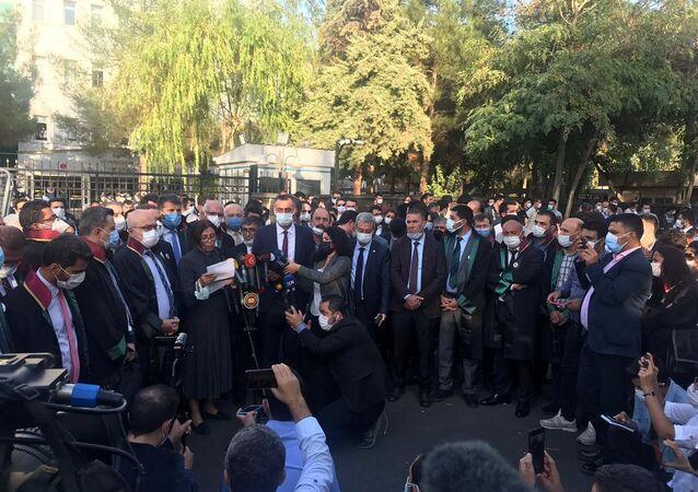 Tahir Elçi cinayetinin görülen duruşmasında okuyamadığı dilekçesini adliye önünde okuyan Türkan Elçi