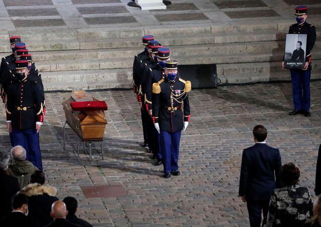 Fransa'da geçen haftabaşı kesilerek öldürülmüş halde bulunan öğretmen için başkent Paris'te anma töreni gerçekleştirildi.