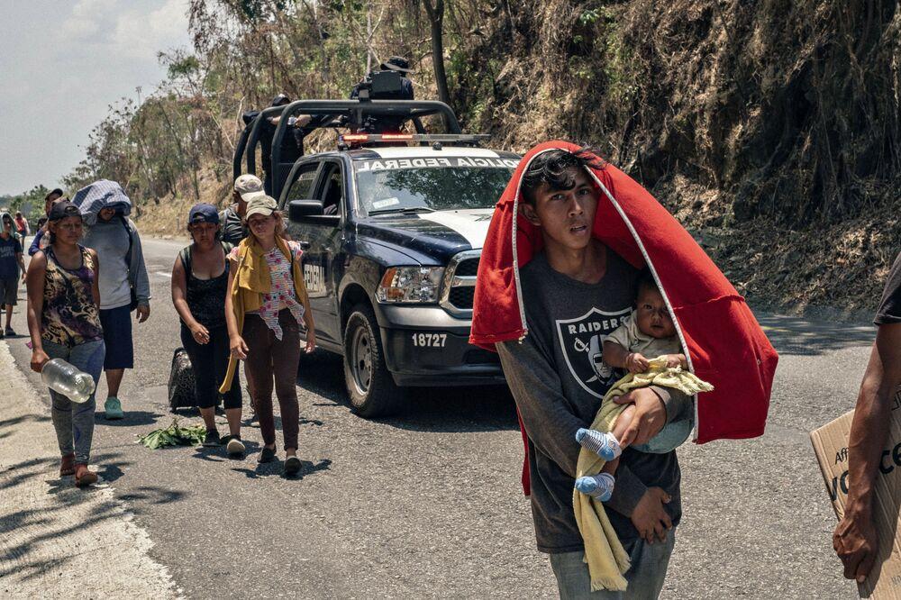 Yarışmanın Ana Haber Seri Fotoğrafları kategorisinin birincisi Fransız fotoğrafçı Jeoffrey Guillemard'ın 'Güney Sınır' isimli çalışmasında   Haiti, Afrika ülkeleri ve Küba adasından şiddet ve haksızlıktan kaçmaya çalışan göçmenlerin ABD sınırına umut yolculuğu görüntülendi