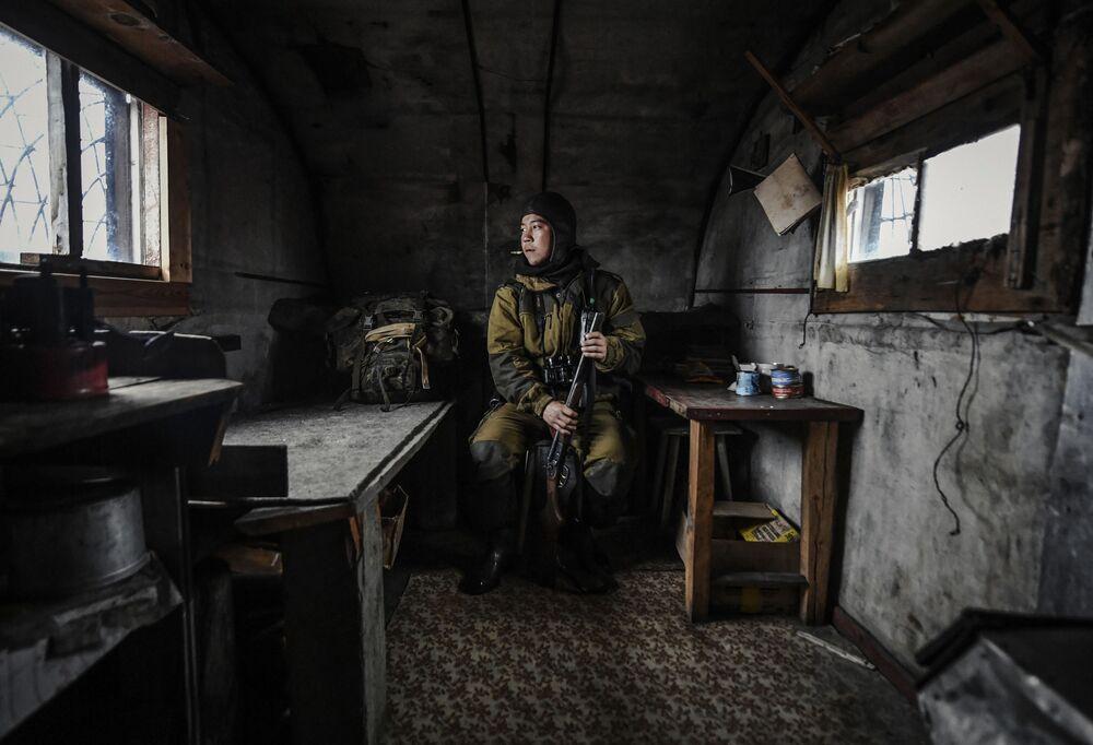 Yarışmanın Portre. Günümüzün Kahramanı Tek Kare kategorisinin birincisi Rus fotoğrafçı Yuriy Smitük'un 'Vrangel Adası' isimli fotoğrafında Kuzey Buz Denizi'nde yer alan devlet tabiatı koruma alanı Vrangel Adası'nın görevlisi Pavel Kulemeyev görüntülendi