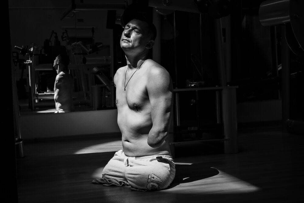 Yarışmanın Spor kategorisinde yarışan seri fotoğraflarından birincilik ödülünü kazanan Rus fotoğraf muhabiri Pavel Volkov'un  engelli sporcu Alexey Talai hakkındaki fotoğraflarından biri. Daha çocukluk yıllarında yangın sonucu her iki kolu ve bacağından olan Talai yaşam mücadelesinden vazgeçmedi ve yıllar sonra Belarus Paralimpik Yüzme Milli Takımı'nın üyesi olmayı başardı