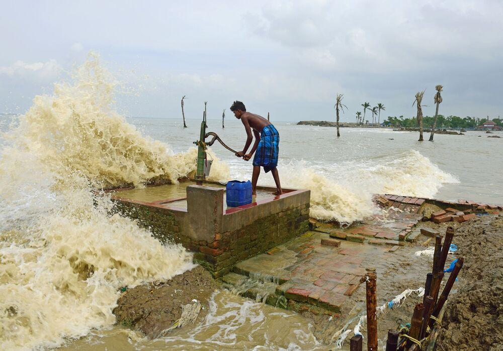 Yarışmanın Benim Gezegenim Tek Kare kategorisinin birincilik ödülü, Hintli fotoğraf muhabiri Sumit Sanyal'ın denize karşı yaşam mücadelesi veren Musuni Adası sakinlerinin hayatını anlatan 'Kenarda Yaşam' isimli çalışmasına verildi